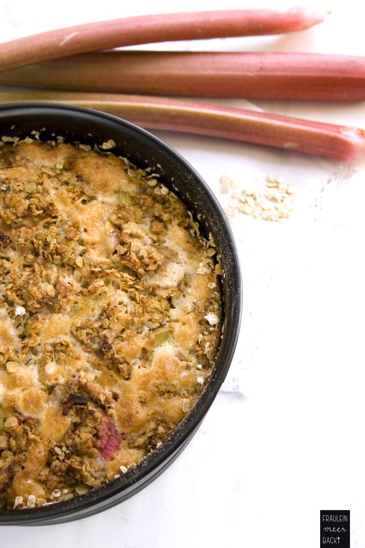 fraeulein-meer-backt-rhabarberkuchen-mit-haferflocken