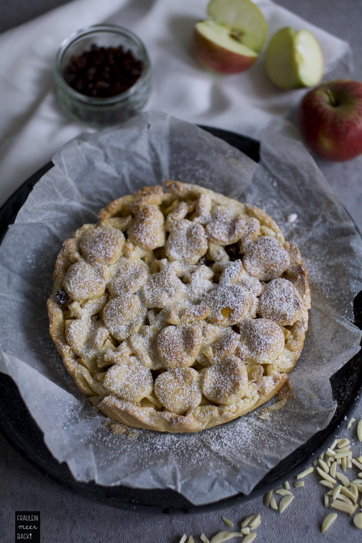 fraeulein-meer-backt-apfelkuchen-mit-rosinen-und-mandeln