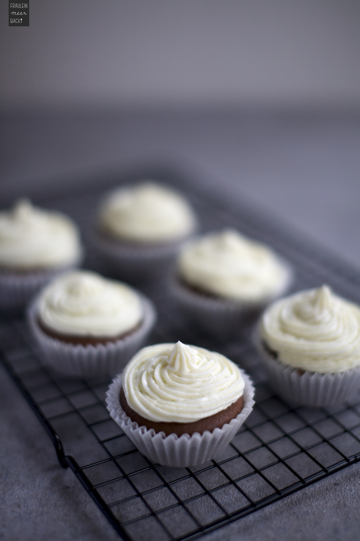 Fraeulein Meer backt Schoko Cupcakes mit Frischkaese Frosting
