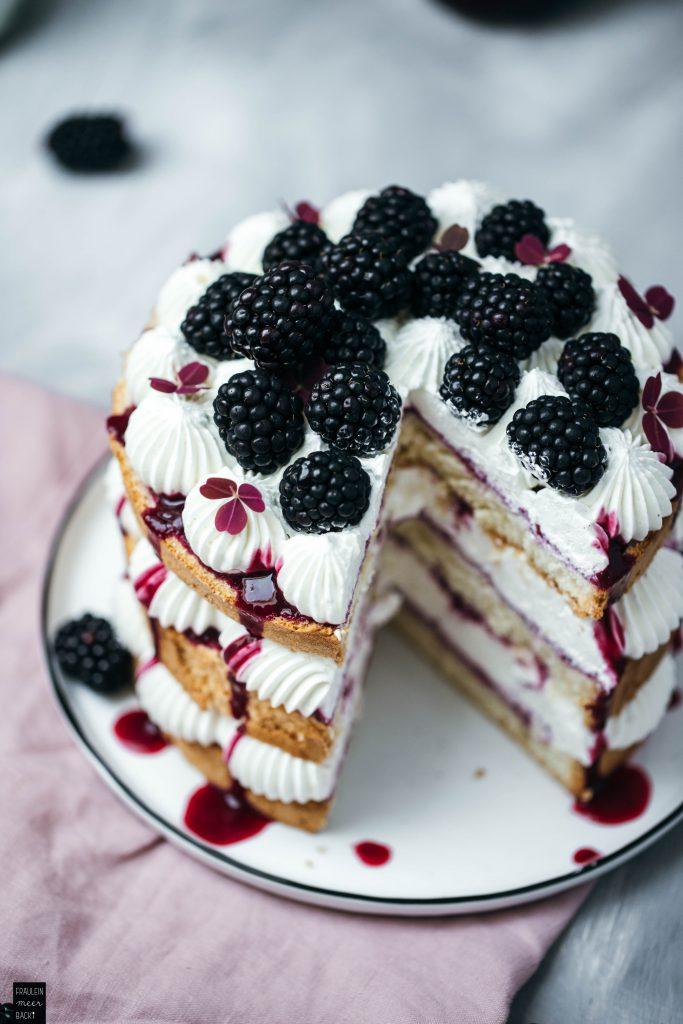 Fraeulein Meer backt Brombeer-Biskuit-Torte